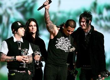 """(Avenged Sevenfold recebendo o prêmio de """"best new artist"""")"""