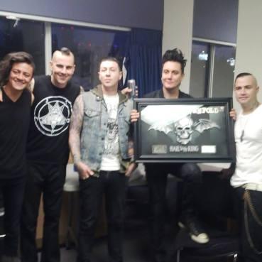 "(Avenged Sevenfold recebendo o Disco de Platina pelo álbum ""Hail to the King"")"